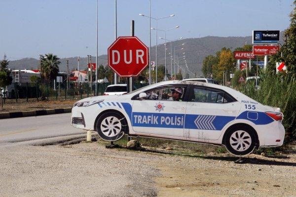 Muğla'da hırsızlar maket polis aracının lambasını çaldı