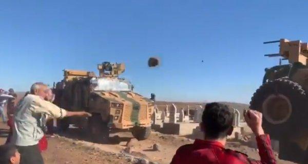 YPG'liler Türk askerini taşladı