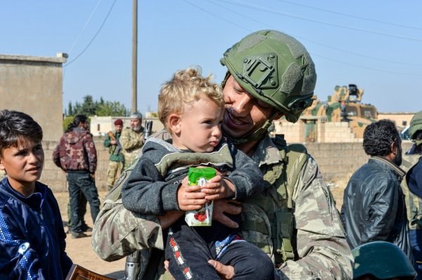 Türk askeri Suriye'de yardımlarına devam ediyor