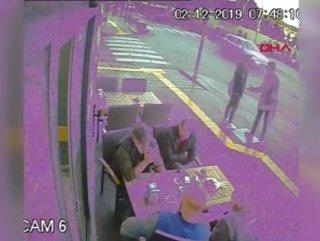 4 kişi arabanın altında kalmaktan şans eseri kurtuldu
