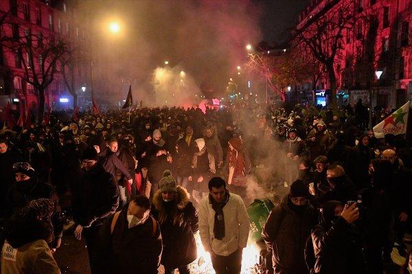 Fransa'da toplu grev sebebiyle tüm hizmetler aksıyor