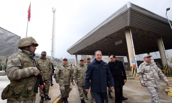 Hulusi Akar'dan sınırda mesaj: Buradan çıkmayacağız