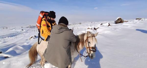 Sağlık ekipleri hastanın yanına at üzerinde gitti
