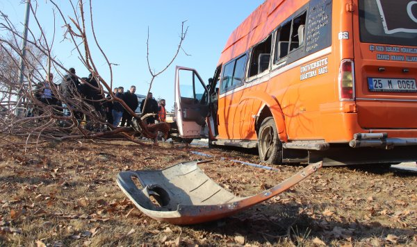 Erzurum'da Makas atmak isteyen otomobilin çarptığı minibüs kaza yaptı: 11 yaralı ile ilgili görsel sonucu
