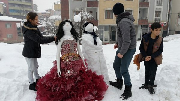 Kardan gelin ve damat yapıp halay çektiler ile ilgili görsel sonucu