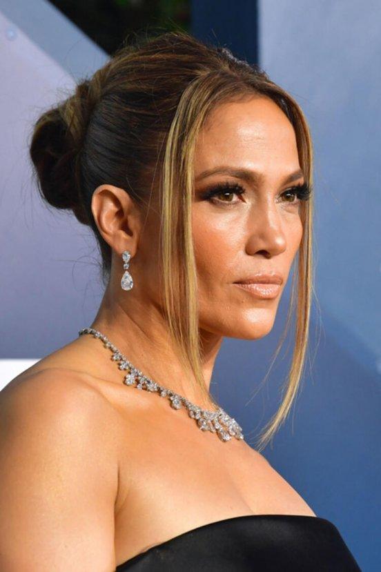 Jennifer Lopez geceyi takılarıyla aydınlattı
