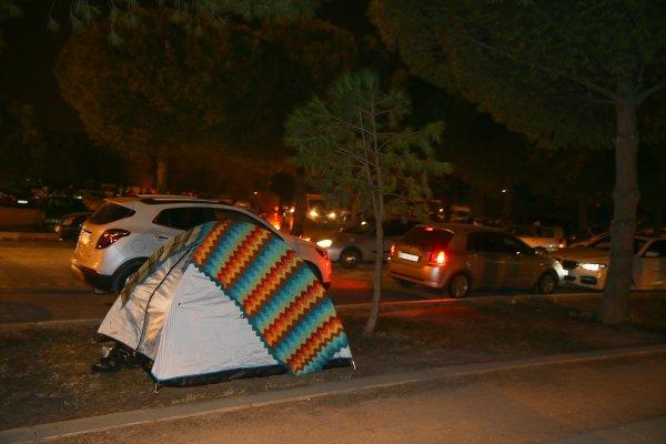 Manisalılar geceyi yine sokakta geçirdi