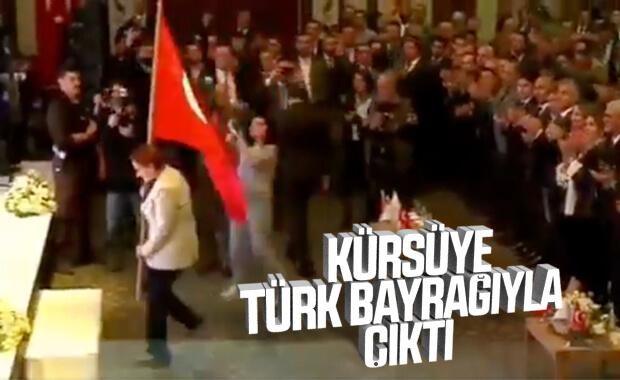 Akşener kürsüye bayrakla çıkıp şiir okudu
