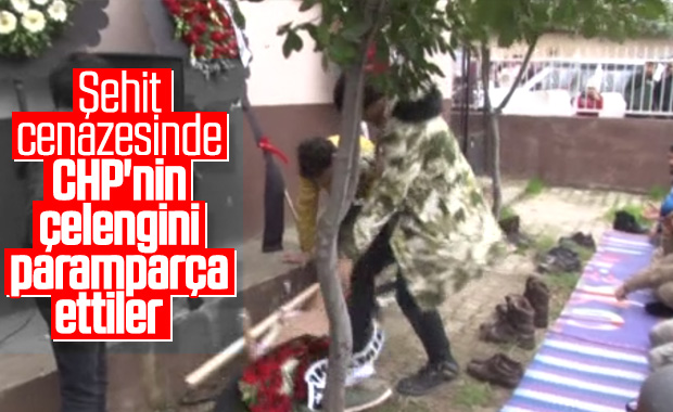 Şehit cenazesinde CHP çelenkleri parçalandı