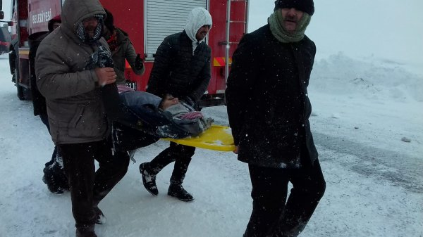 Çığ altında kalan 2 kişiyi arayan ekibin üzerine çığ düştü