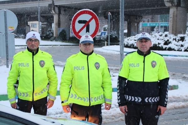 Polis memurları trafikte kalan aracı itti