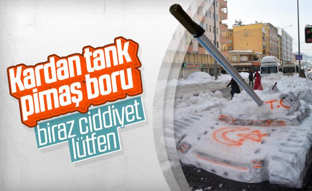 Giresun'da, Mehmetçikler için kardan tank yaptı