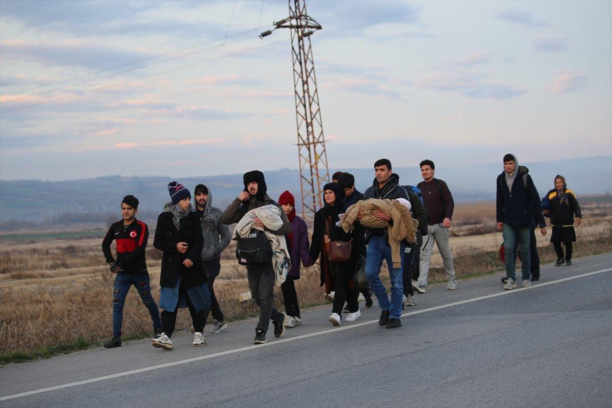 Mülteciler Avrupa'ya geçmek için sınırda