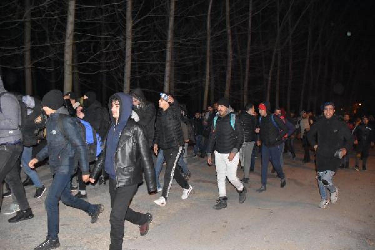 Göçmenler Yunanistan'a geçmek için sınıra yürüyor