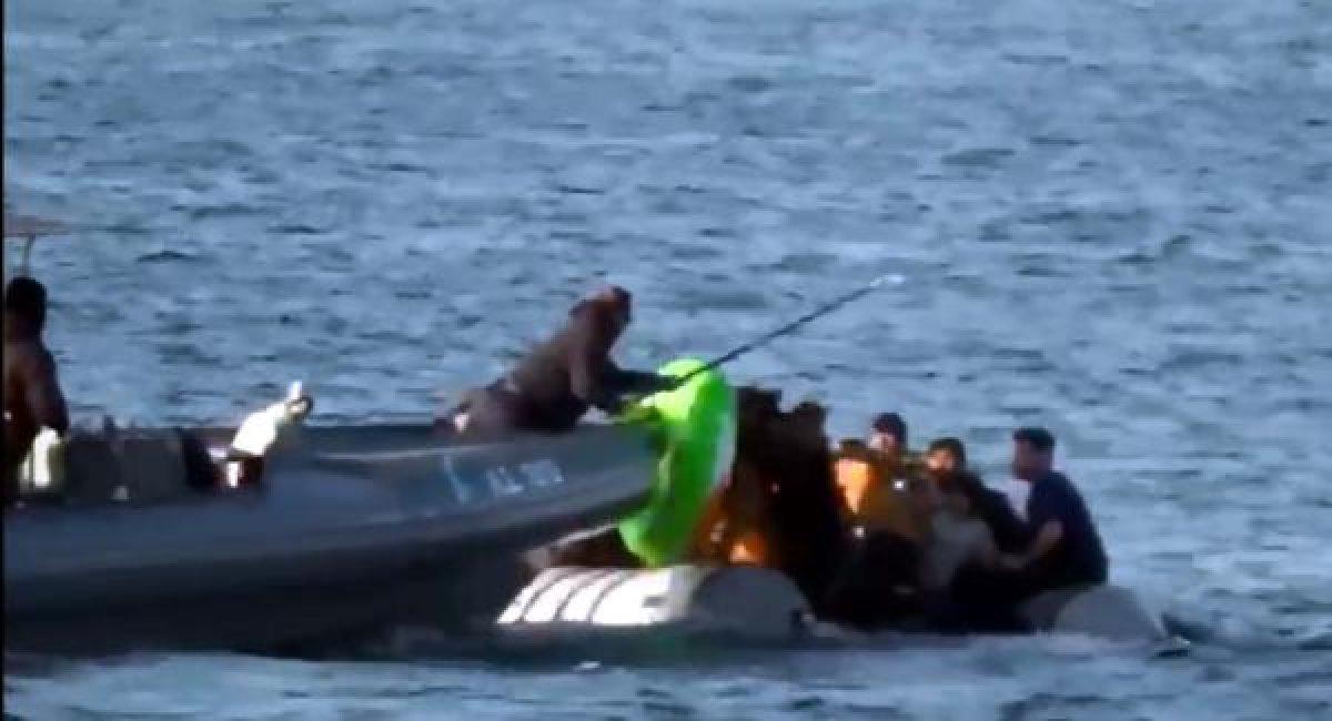 Yunanlılar mültecilerin botlarını batırmaya çalıştı