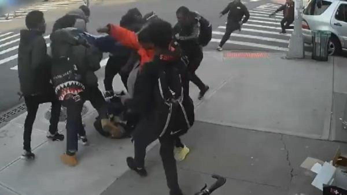 New York'ta genç kıza 20 kişi saldırdı