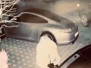 Ece Erken, arabaların aynalarını kırdı