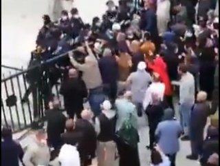 Karantinadaki umreciler polis barikatını yarmaya çalıştı