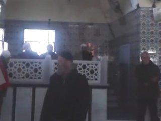 Koronavirüs önlemini dinlemeyen cemaat, camide arbede çıkardı