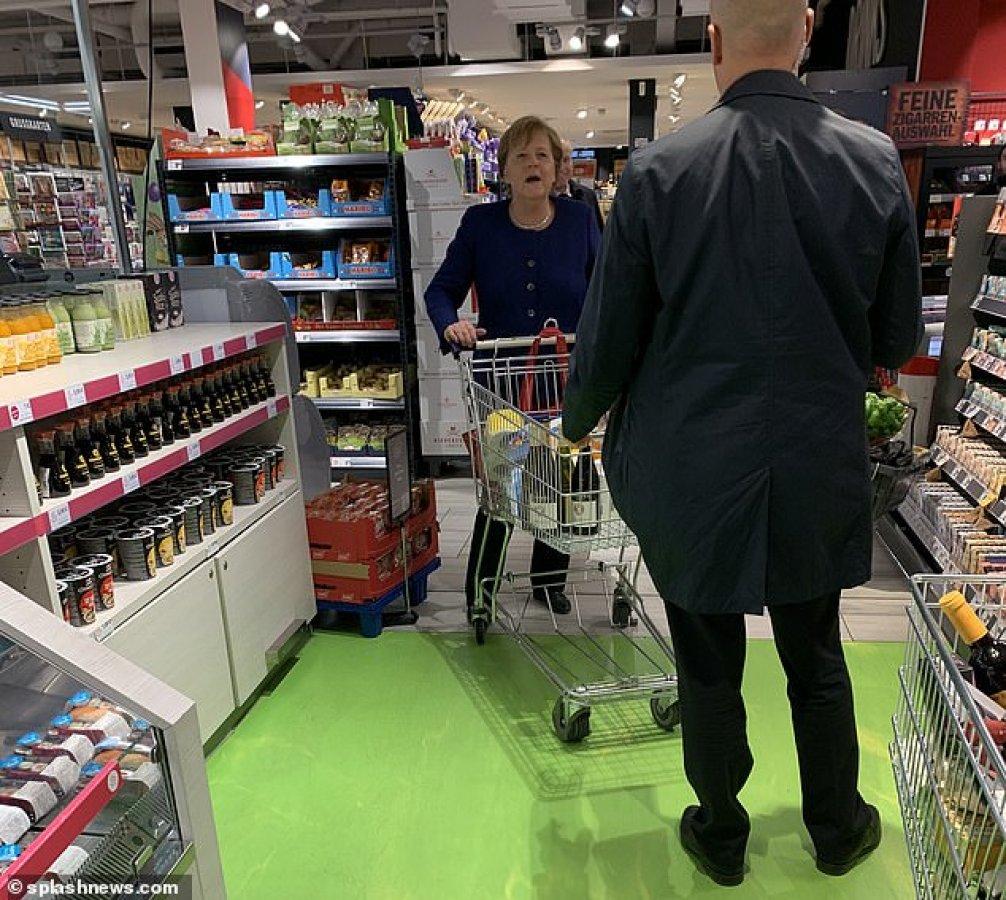 Merkel, market alışverişi yaparken görüntülendi