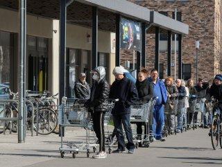 Almanya'da market önünde stok kuyruğu
