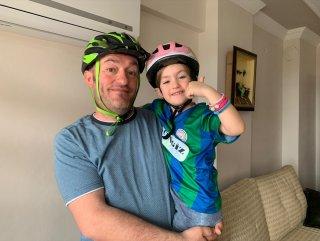Rizeli baba, kızı için evde bisiklet düzeneği kurdu
