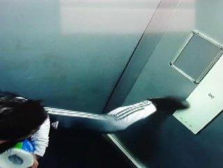 Asansör düğmesine ayağıyla basan vandal #1
