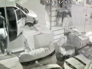 Mağazaya giren hırsızlar, bekçileri görünce kaçtı