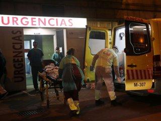 İspanya'da hastanelerde hastalar koridorda yatıyor #1