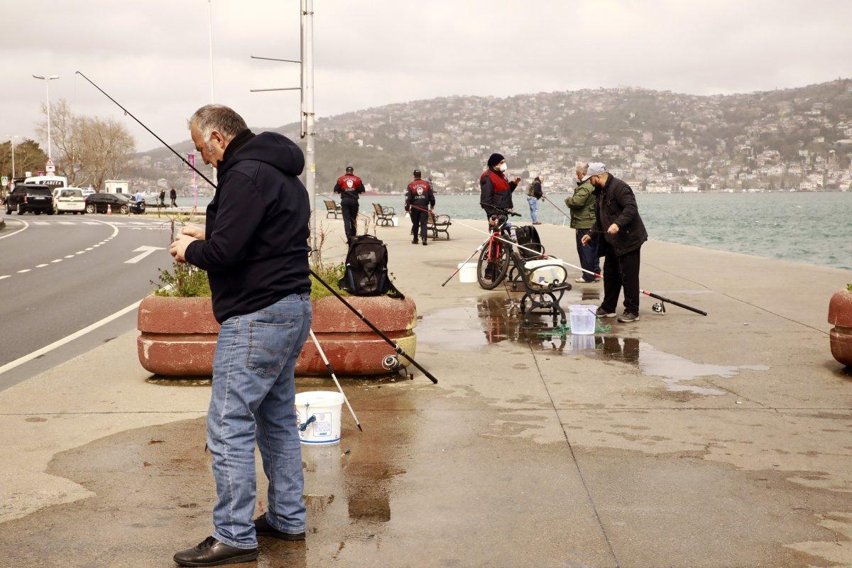 Sarıyer sahilde evde kal uyarılarına rağmen balık tuttular