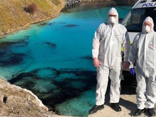 İngiliz polisi, sosyal mesafeyi korumak için gölü boyadı