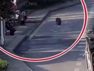 Çin'de, minibüsün kopan lastiği kadına çarptı #1