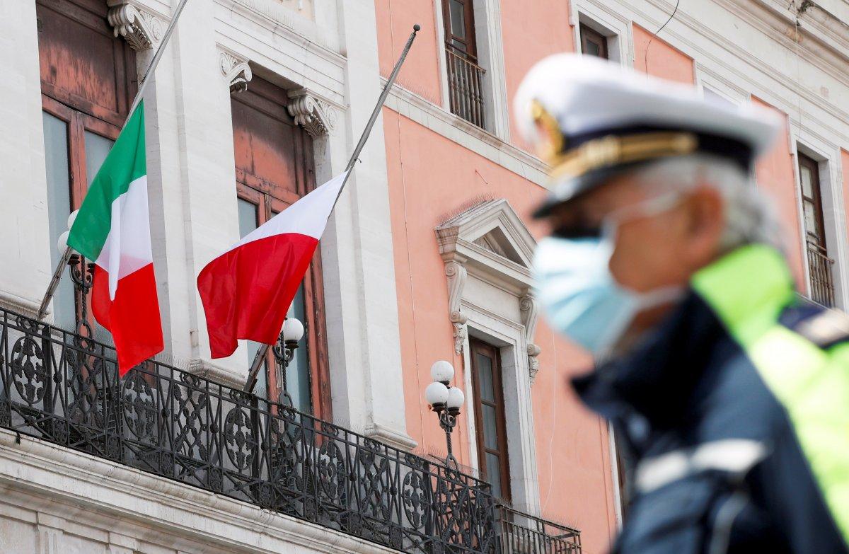 İtalya'da ölü sayısı arttıkça AB bayrakları indiriliyor