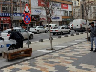 Banka oturdu, cezayı yazan polisi kameraya aldı #1