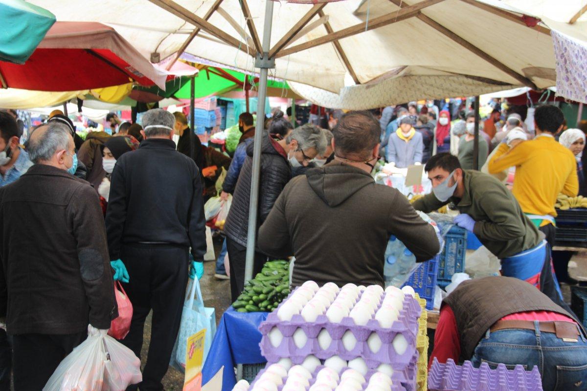 İzmir'deki pazarda vatandaşlar sosyal mesafeye uymadı