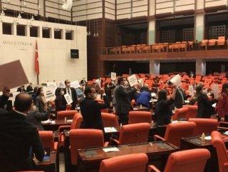 HDP'liler Meclis'te infaz yasasını protesto etti