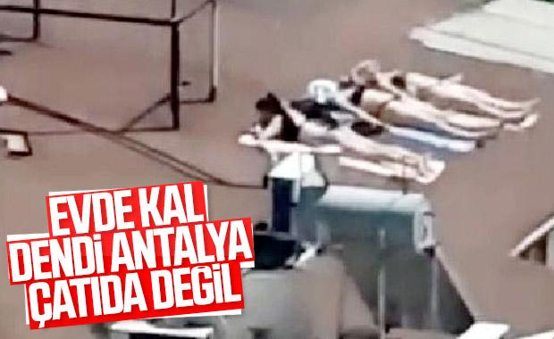 Sahile inemeyen Antalyalı kadınlar çatıda güneşlendi