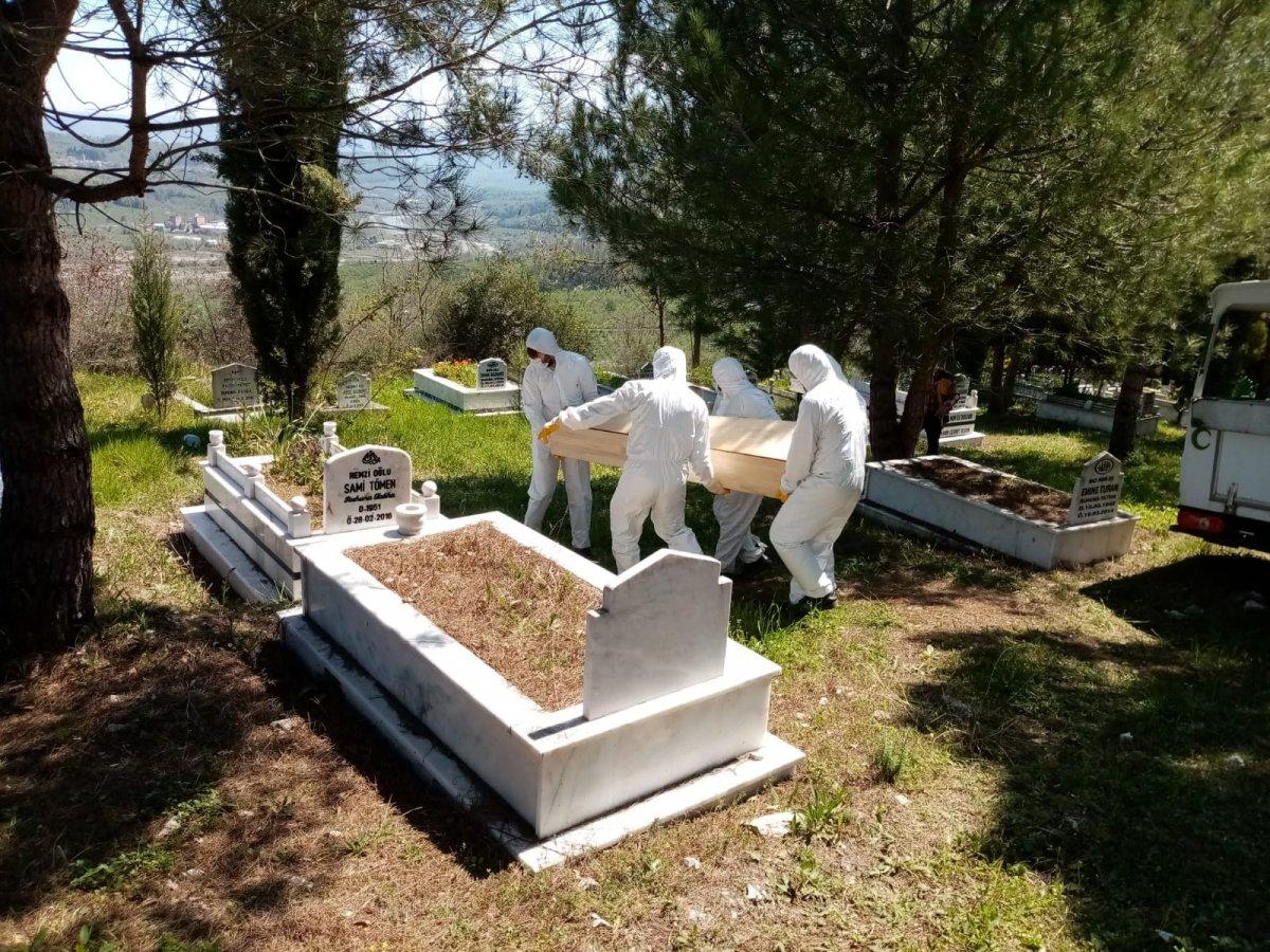 Ebeveynler vefat eden karısını Zonguldak'taki taçtan gömdü