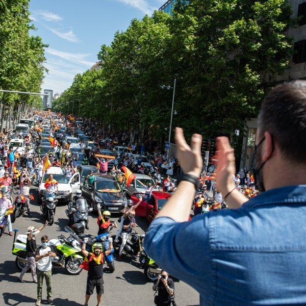 İspanyollar araçlarıyla karantina protestosunda