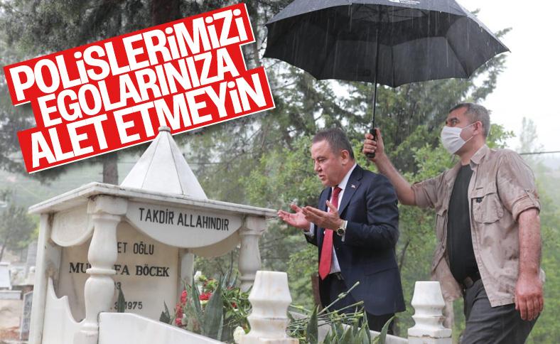Muhittin Böcek şemsiyesini polise tutturdu