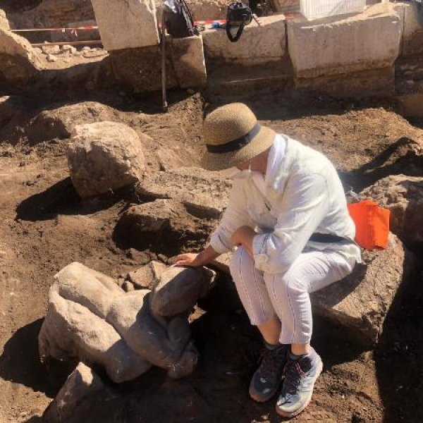 Patara'da iki heykel daha ortaya çıkartıldı