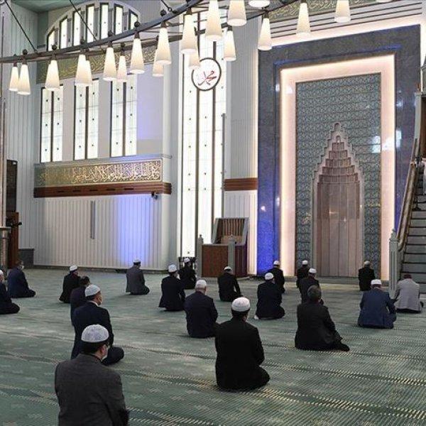 Camiler cemaatine kavuştu, cuma namazları kılındı