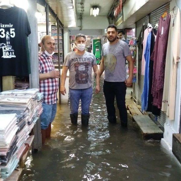 İzmir'de yağış hayatı felç etti, caddeler göle döndü #1