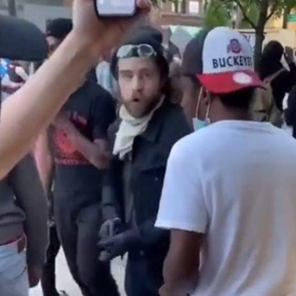 ABD'deki gösteri sırasında para veriliyor iddiası #1
