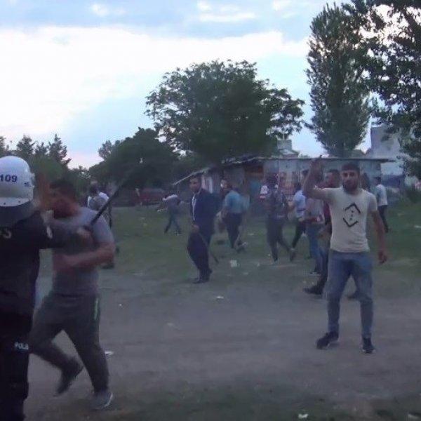 Polisi şehit edip 2 kardeşi öldüren zanlının evi taşlandı #1