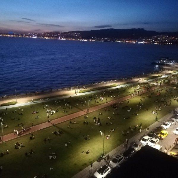 İzmirliler Kordon'a akın etti #1