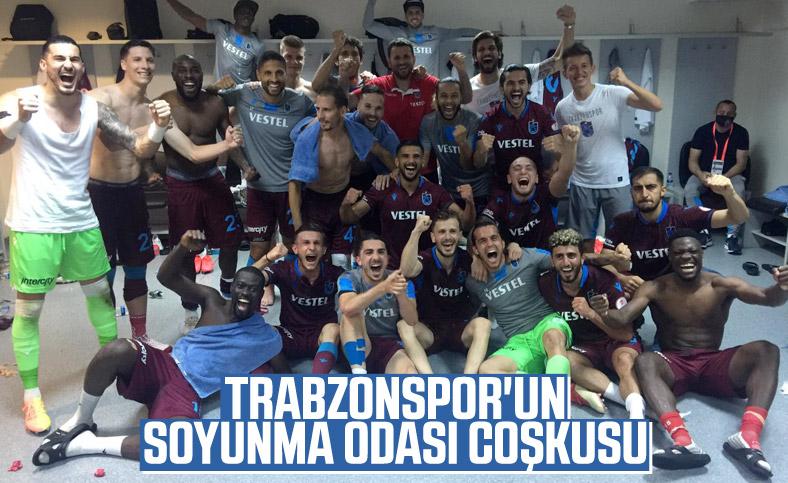 Trabzonsporlu futbolcuların soyunma odası coşkusu