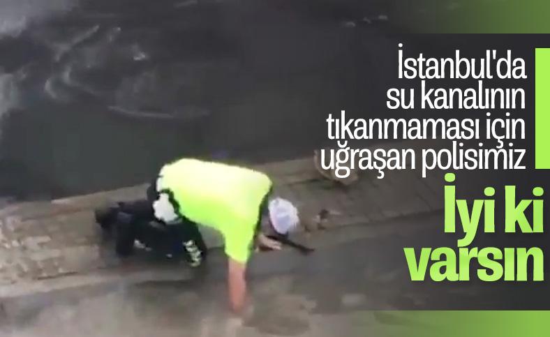 İstanbul'da tıkanan su kanalını açan trafik polisi