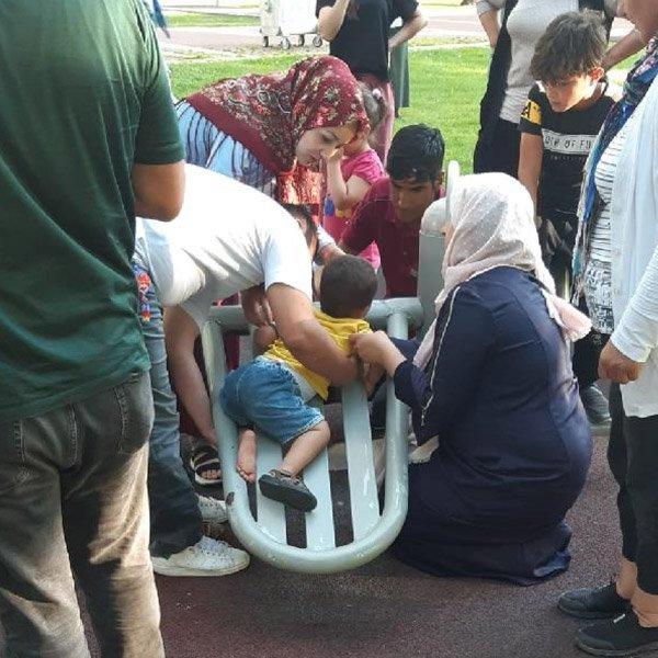 Aksaray'da ayağı sıkışan çocuğu itfaiye kurtardı #1
