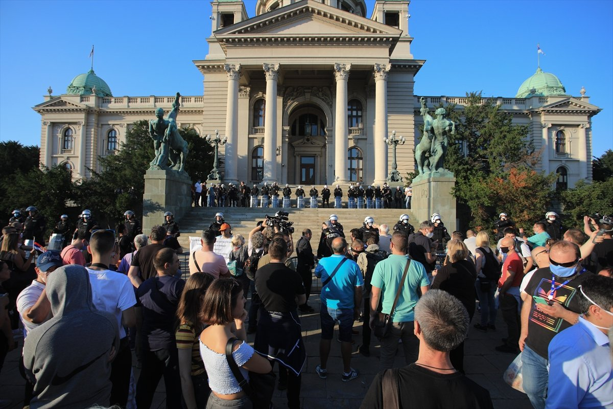 Sırbistan'da koronavirüs tedbirleri protestosu sürüyor #2